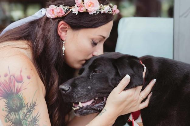 Fotos de la novia comunicándose con su amigo.