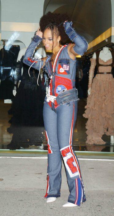 mujer con traje de mezclilla y parches