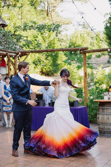 pareja bailando en boda vestido deslavado