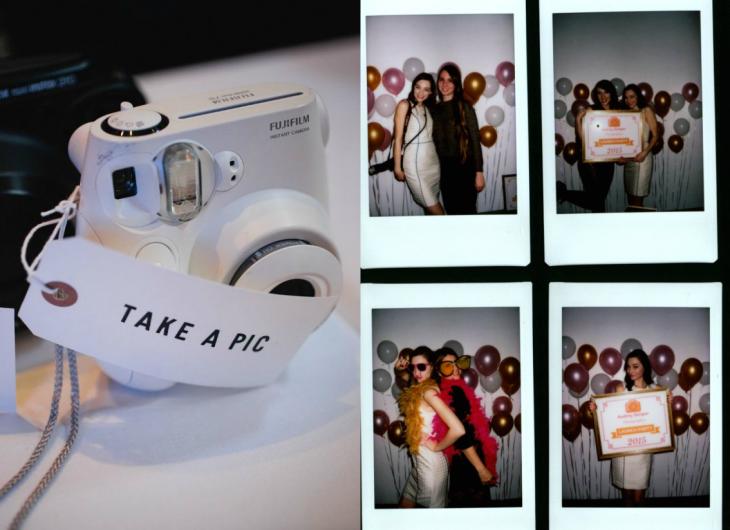 camara polaroid con fotos a un lado