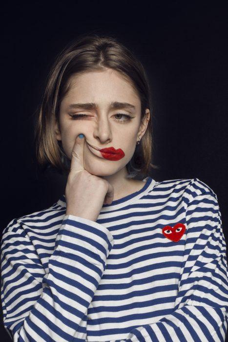 Mujer entre feliz y triste.