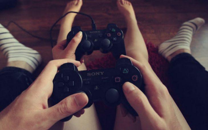 pareja jugando video juegos y controles de consola