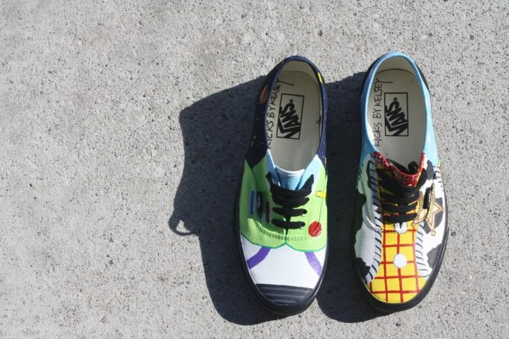 tenis vans de colores en el suelo inspirados en toy story
