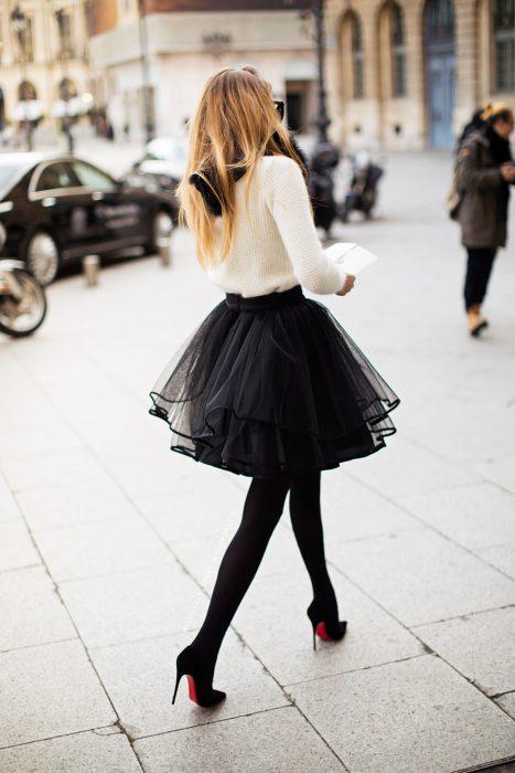 mujer con falda de tull negra y tacones