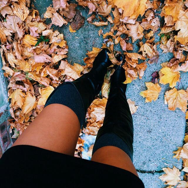 mujer piernas largas con botas altas