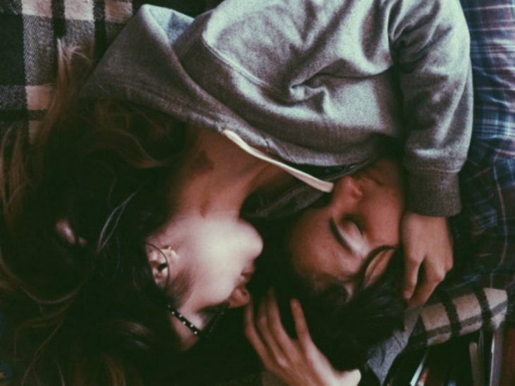 una pareja abrazados en la cama