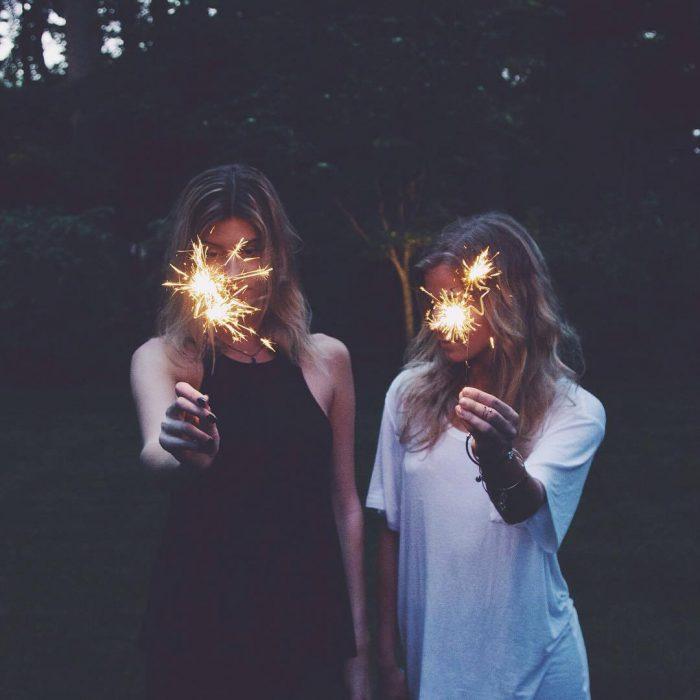 mujeres rubias con luces de bengala