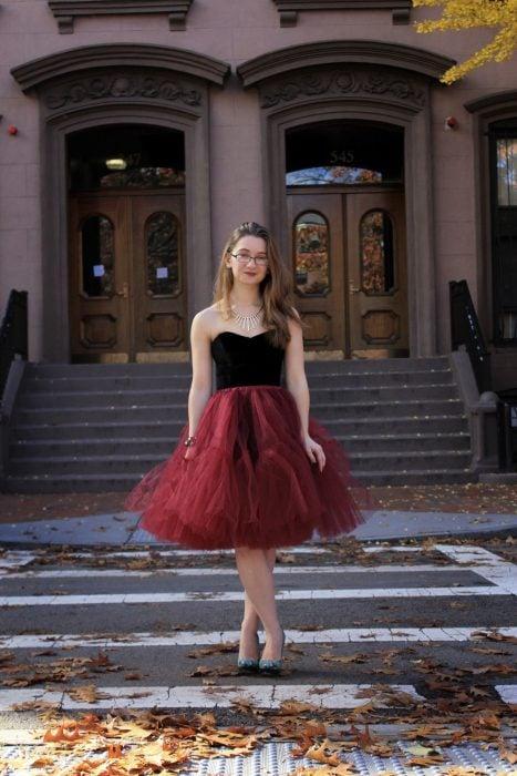 mujer con falda de tull roja y tacones