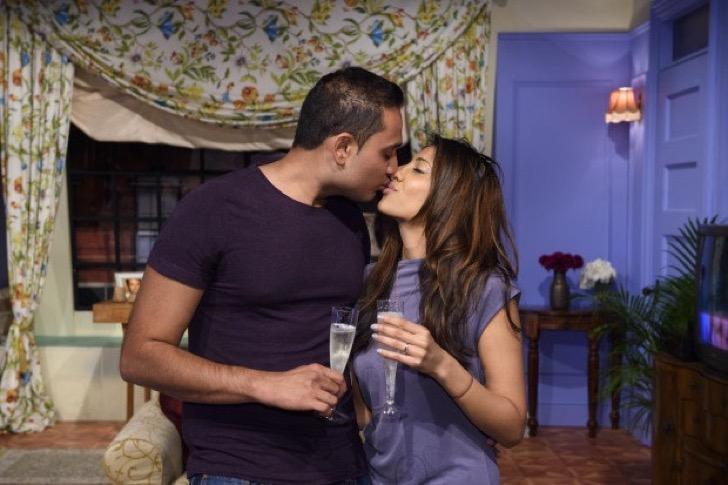 La pareja de vino con una copa de Champagne después de la propuesta.
