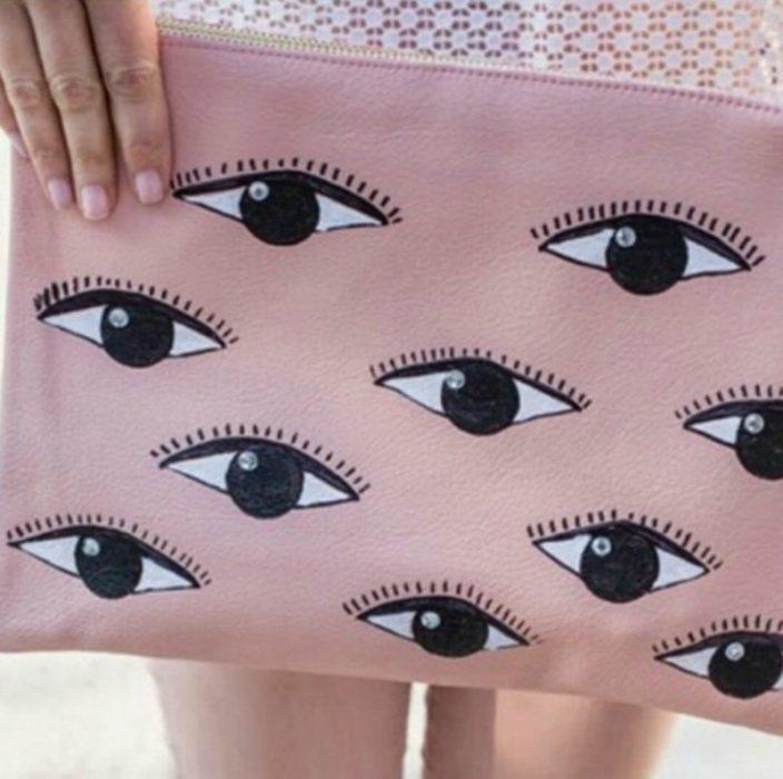 cosmetiquera rosa con ojos