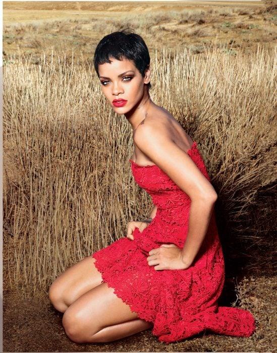 Rihanna posando en medio de un campo.