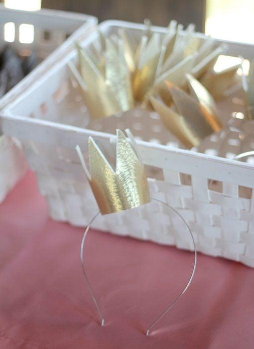 diademas con coronas doradas