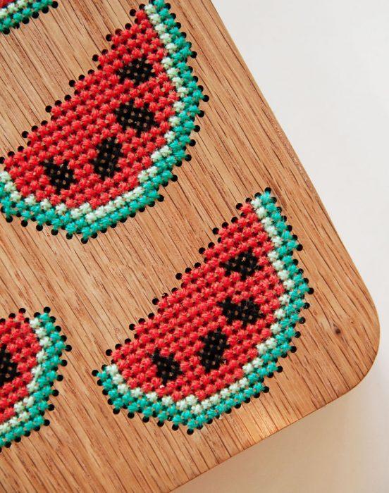 bolso de madera bordado con sandia