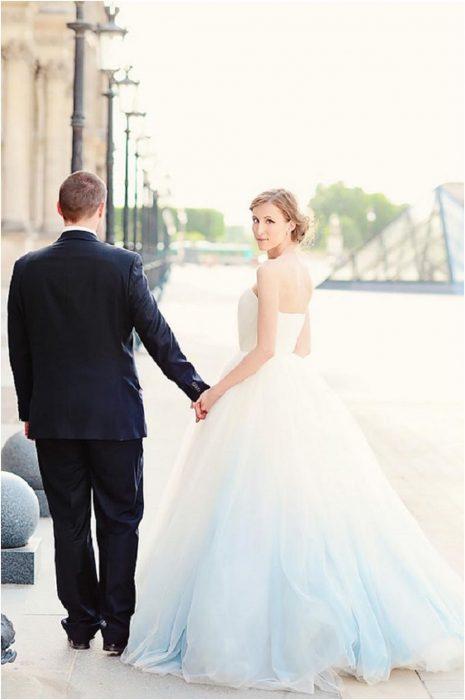 pareja mujer con vestido blanco deslavado