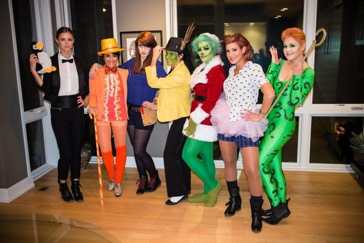 grupo de mujeres vestidas de personajes jim carrey