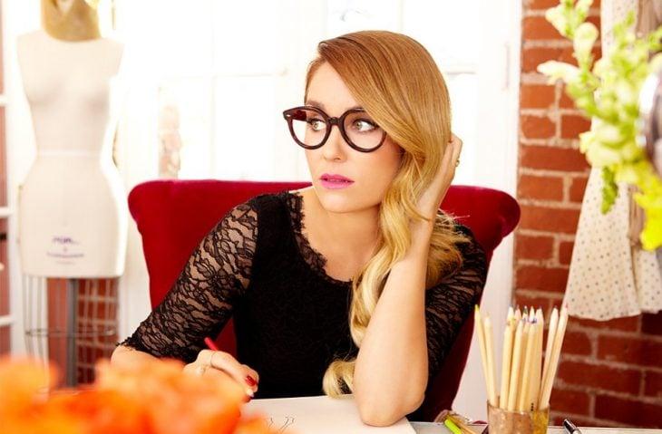 mujer rubia con lentes