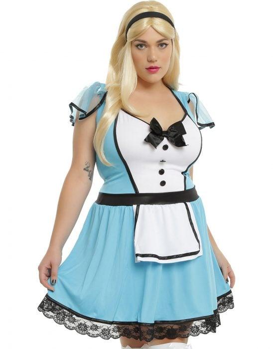 mujer blanca con vestido azul