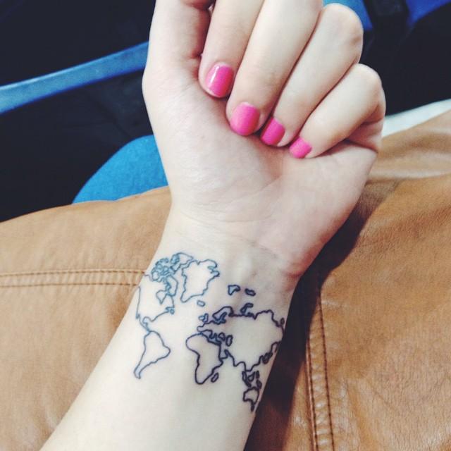 muñeca de mujer con uñas rosas