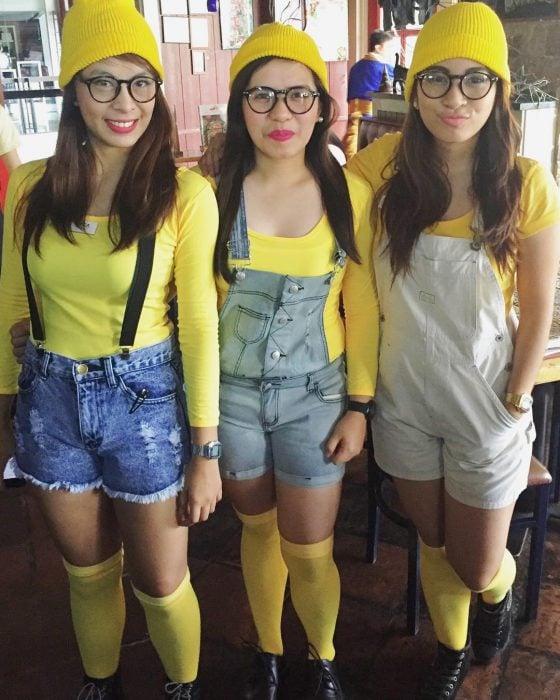 tres mujeres vestidas de minnions