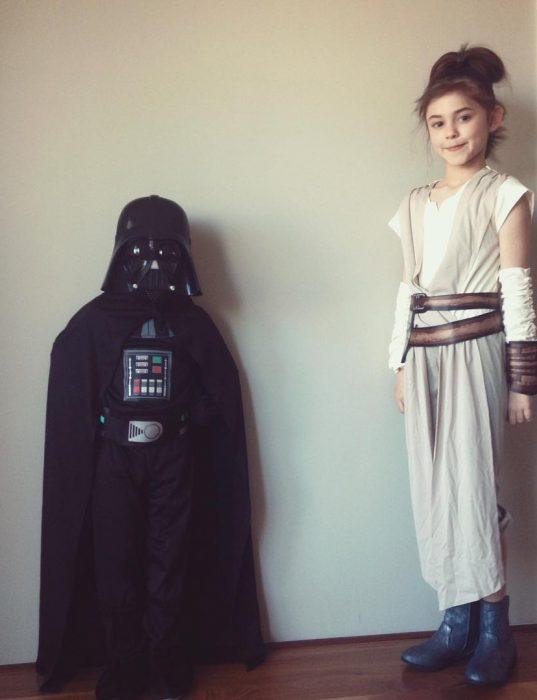Disfraces de Darth Vader y la princesa Leia.