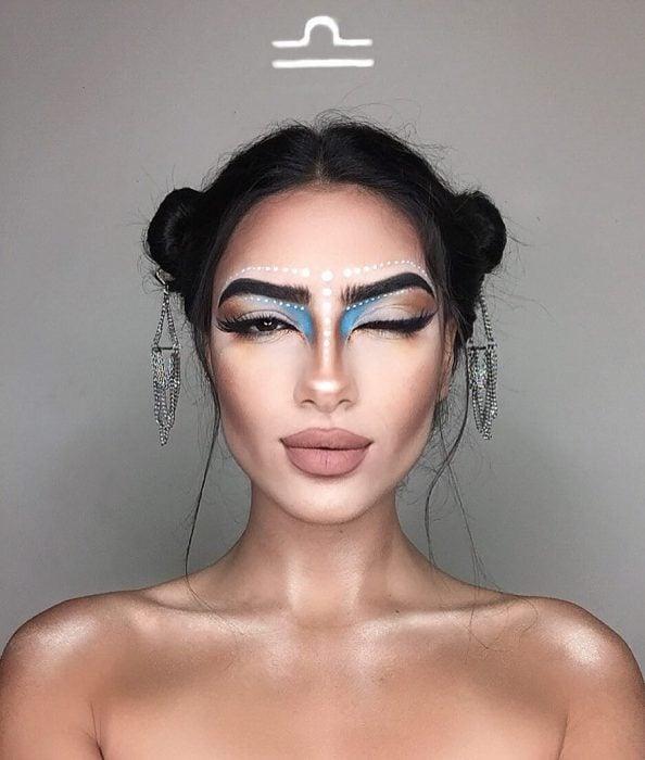 mujer con maquillaje de libra y dos chongos