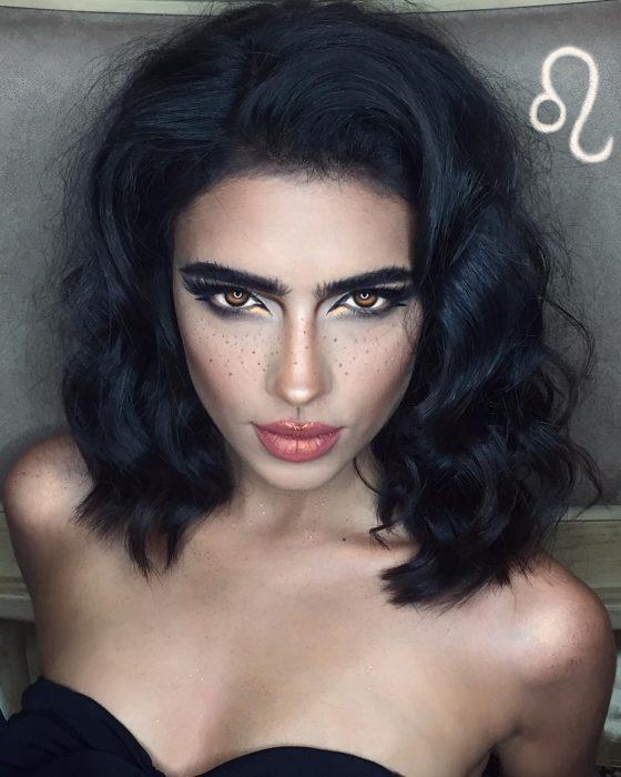 mujer con maquillaje de leo y cabello suelto
