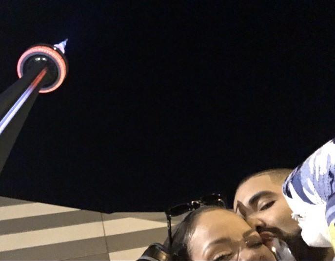 pareja se toma foto selfie