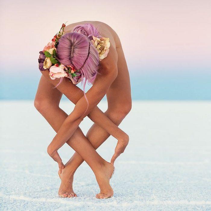 mujer de cabello rosa se contorsiona en el desierto