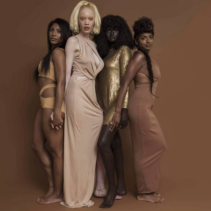 grupo de mujeres con vestidos rosa y dorado