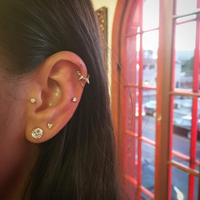 Piercings en la oreja.