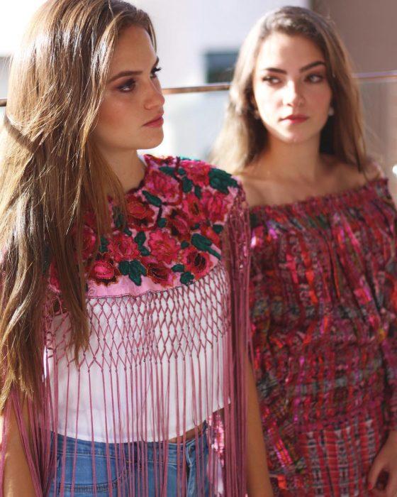 Blusa colorida diseñada por Isabella.