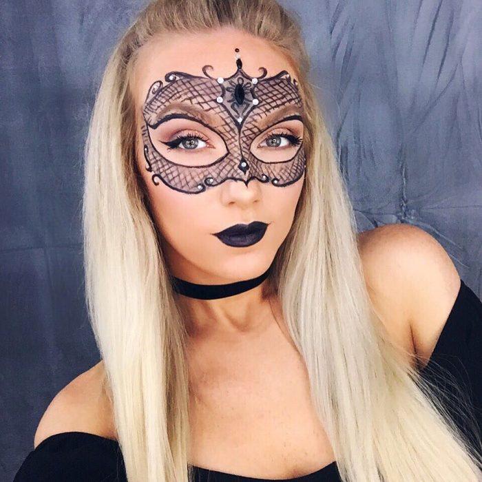 mujer maquillada con antifaz