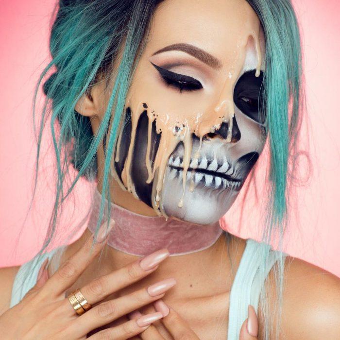 mujer maquillada con cara derritiéndose