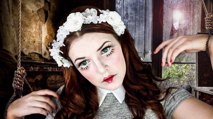 mujer maquillada como muñeca