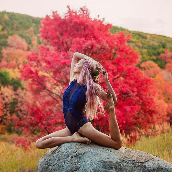 mujer en una roca se contorsiona