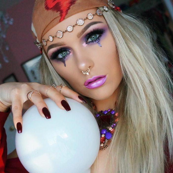mujer rubia vestida de gitana con bola de cristal