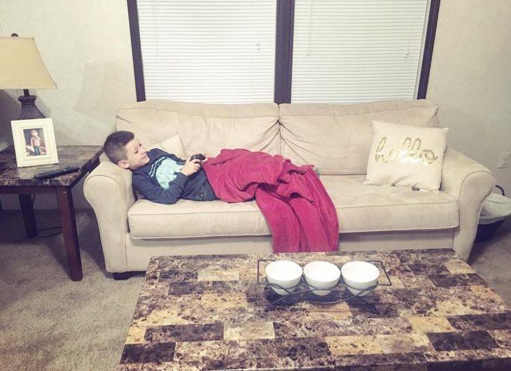 Niño en un sillón jugando videojuegos