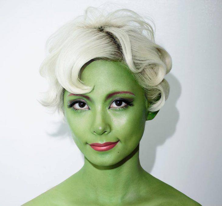 Mujer disfrazada de Hulk.