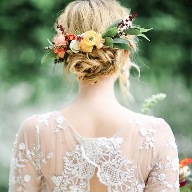 Peinado con adorno de flores naturales.