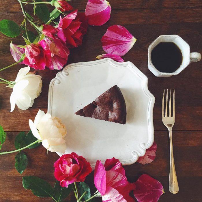plato con flores y pastel de chocolate