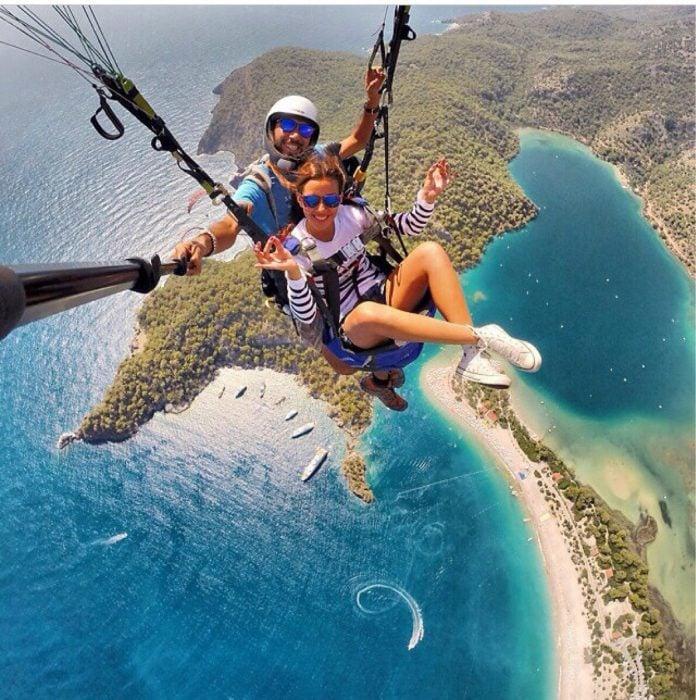 pareja en paracaídas