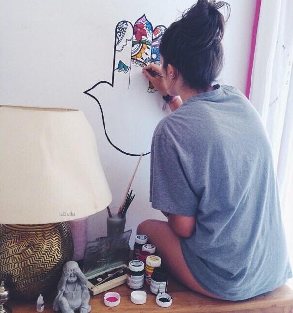 chica pintando la pared
