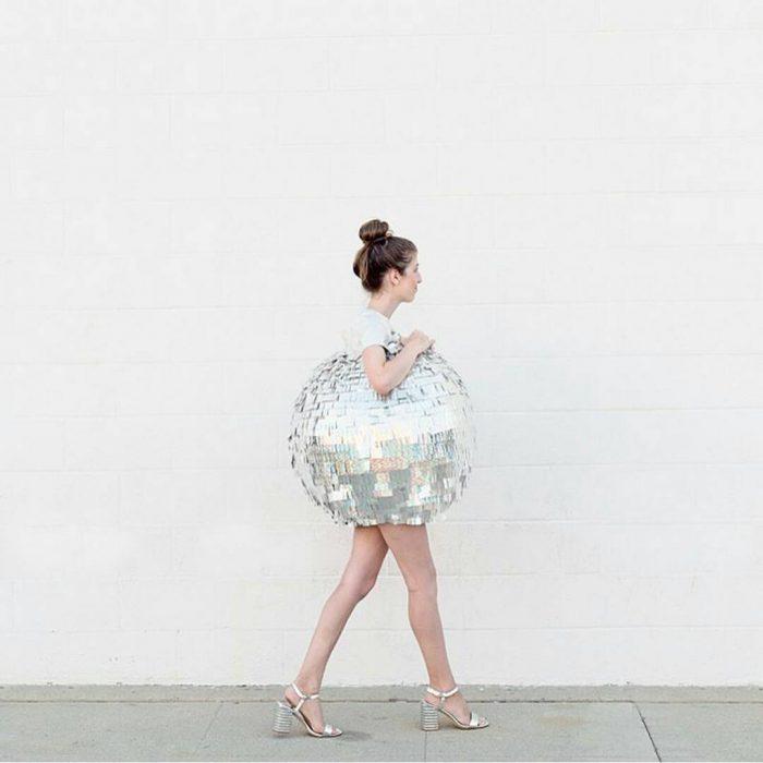 chica disfrazada de bola disco