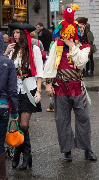 papás disfrazados de piratas y bebé de perico