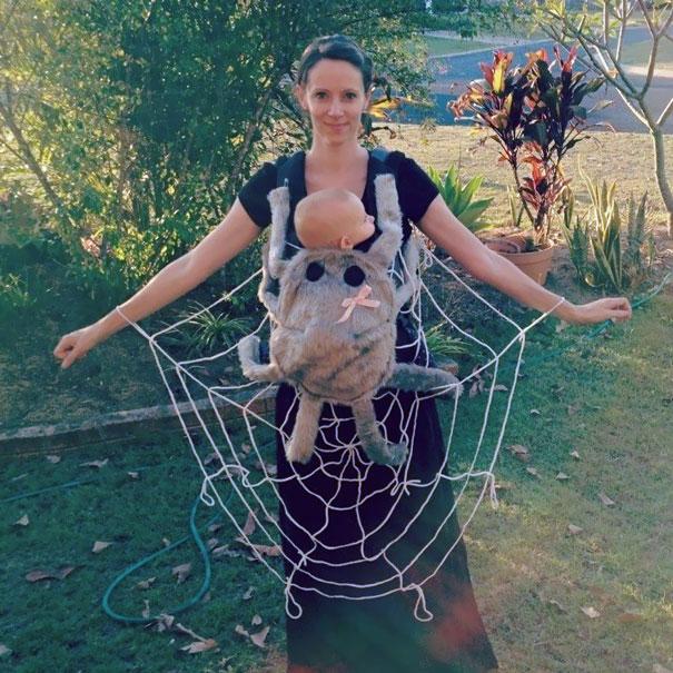 Mamá y bebé disfrazados de araña y telaraña