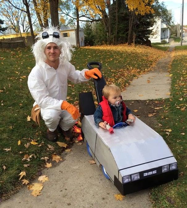 Padre e hijo disfrazados de Doc y Marty McFly