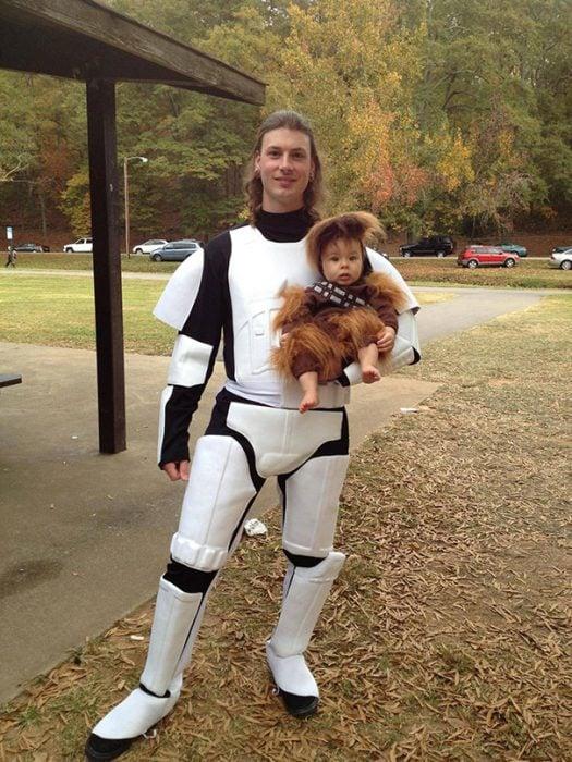 Papá e hijo disfrazados de Stormtrooper y Chewbacca