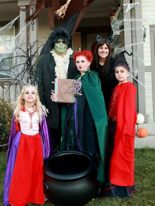 familia disfrazada de brujos