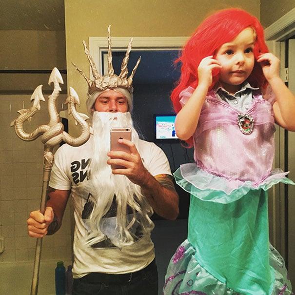 Padre e hija disfrazados de Rey Tritón y Ariel