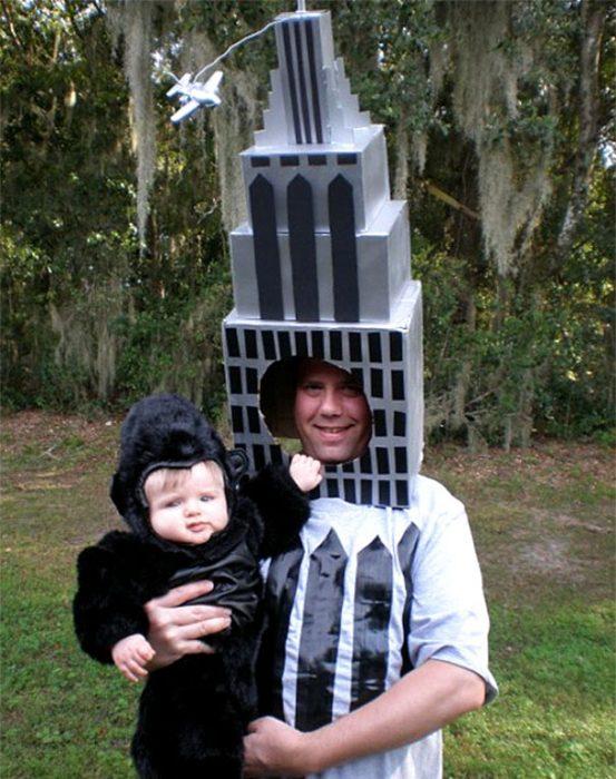 padre e hijo disfrazados de King Kong y torre
